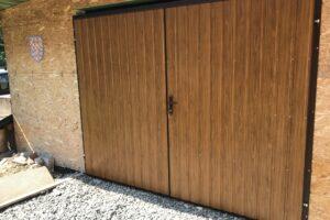 Zateplená křídlová vrata s plechovým trapézem v dekoru dřeva